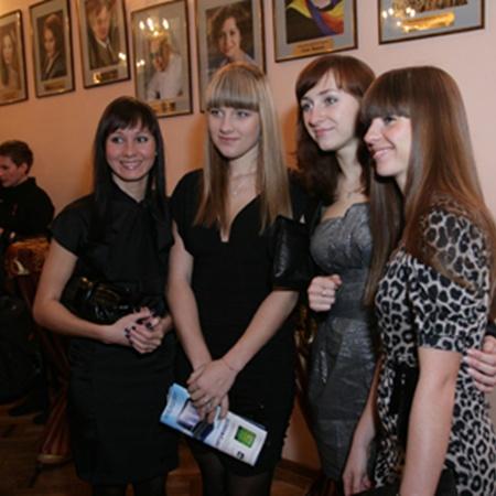 ...а чемпионки-фехтовальщицы (слева направо) Елена Хомровая, Ольга Харлан, Ольга Жовнир, Галина Пундик проигнорировали алкоголь. Им же еще выступать на соревнованиях!