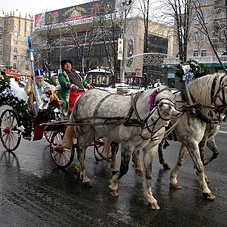 На тройке белых лошадей чудотворец привез в Киев Светлый посох.