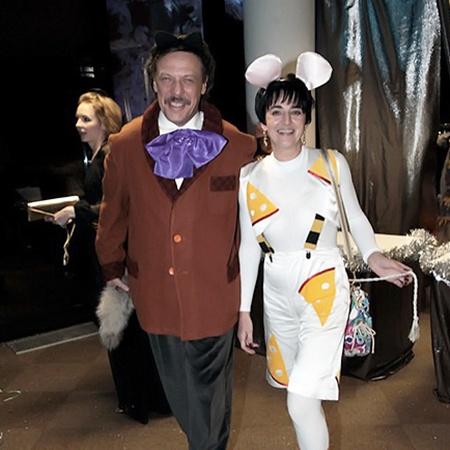 Адвокат Михаил Борщевский с супругой выбрали веселые костюмы. Фото Сергея ШАХИДЖАНЯНА.