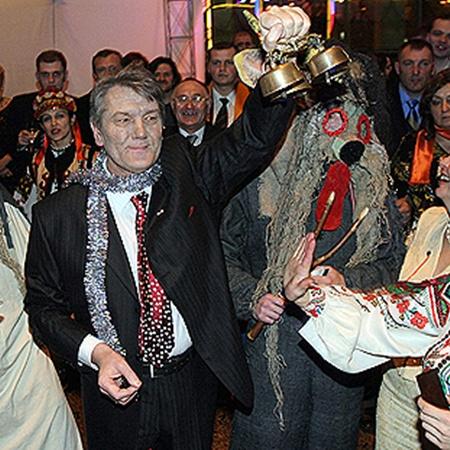 В 2005-м лицо Виктора Ющенко с видимыми следами болезни стало отражением политической борьбы в Украине.