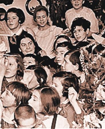 Исторический снимок. 1937 год. Дед Мороз в гостях у школьников. Он принес им «Краткий курс ВКП(б)».