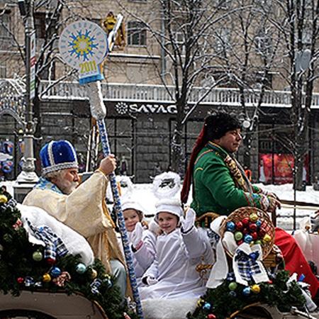 Празднование Нового года в Киеве началось с торжественного прибытия в мэрию святого Николая.