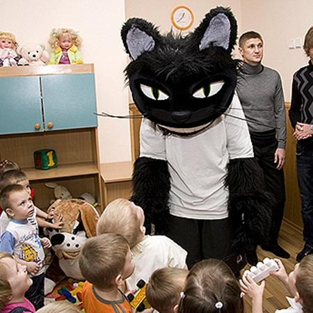 Любимчик детворы - маскот луганской «Зари» черный кот.