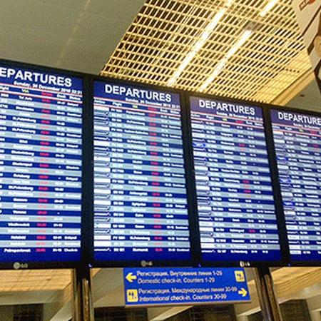 Время вылета рейсов постоянно переносили. Фото Натальи Желдак.