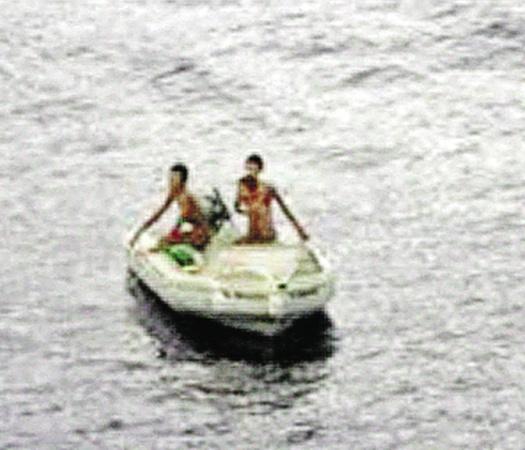 Лодку с подростками увидели с рыболовецкого судна.