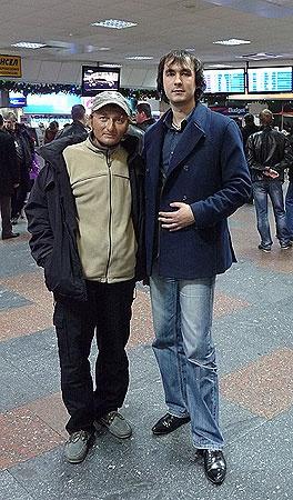 В киевском аэропорту. Денис Щербина и наш журналист Александр Федченко.