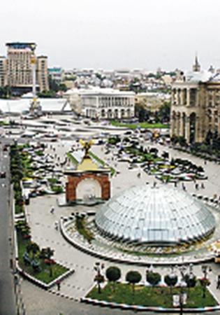 Зеленый Майдан превратили в стеклянный.