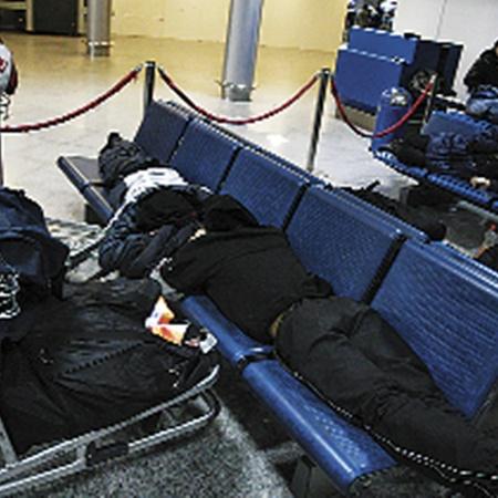 В ожидании задерживающихся рейсов пассажиры спали рядом со своим багажом.