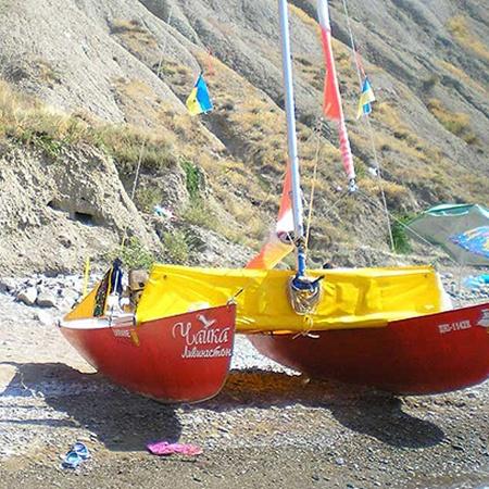 Та самая лодка-катамаран, на которой Денис проплыл четыре моря.