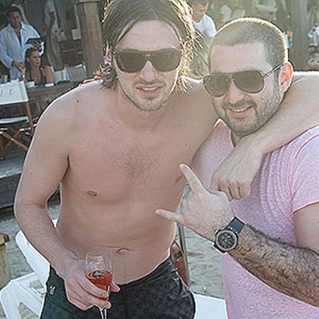 Артем Милевский уже поднял бокал шампанского в компании друга Дениса Адлейбы.