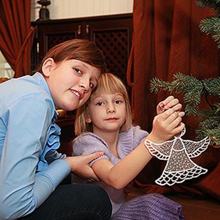 Кристина и София обожают украшать новогоднюю елку.
