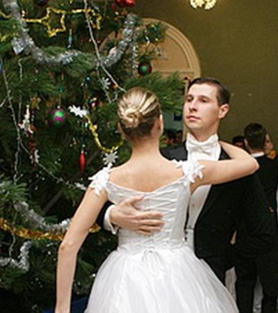 В четверг в Севастопольском Доме офицеров флота прошел ежегодный новогодний бал от имени командующего ЧФ РФ