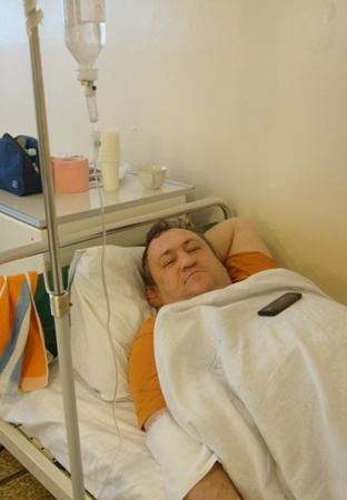 Пилот Олег Малькин под капельницей. Фото: Наталья ЛУКИНЫХ