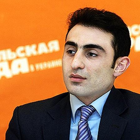 Другой азербайджанец, Хаял Алекперов, уже много лет помогает людям советами.