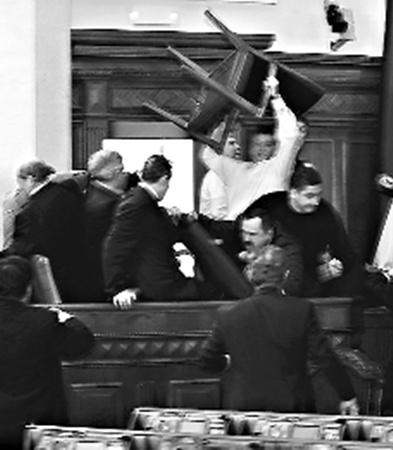 2010 год ознаменовался самыми масштабными драками в парламенте: депутаты душили друг друга, крушили стулья о головы оппонентов и поджигали дымовые шашки.
