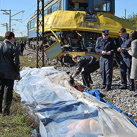 На железнодорожном переезде в селе Городище под Марганцем маршрутка попала под локомотив. Погибли 45 человек.