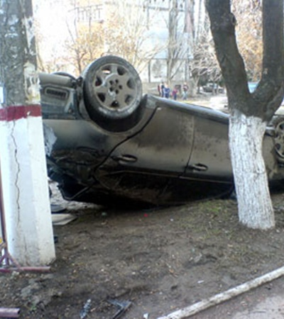 В результате автомобиль «Mazda» вылетел на тротуар и после двойного кульбита приземлился на крышу