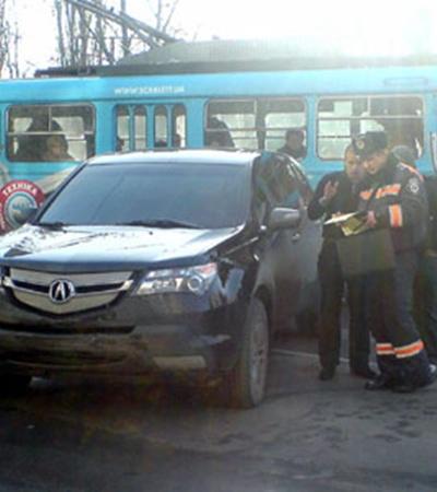 Со слов очевидцев, черная Acura MDX на большой скорости подрезала автомобиль Mazda, который от удара вылетел на тротуар и перевернулся