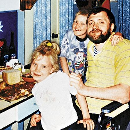 Леша с детства уважает отца и мечтает поставить его на ноги. (На семейном фото с сестрой Катей).