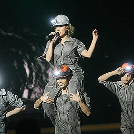Ради эффектного номера Маша пела и танцевала в тяжелом шахтерском костюме.