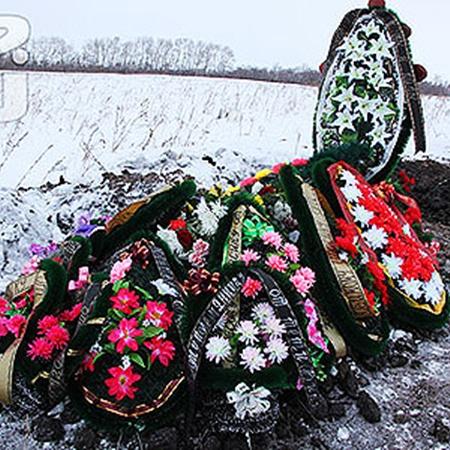 Могила Вани утопает в цветах, мальчика любили все. Фото Александра ДЫБИНА.