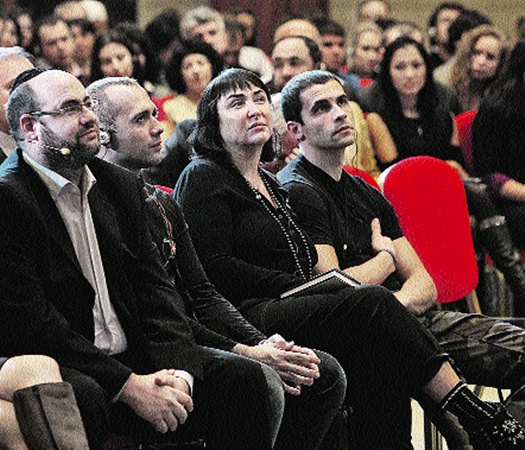 А Лолита пришла на собрание каббалистов (на фото крайний слева - Йегуда Берг).