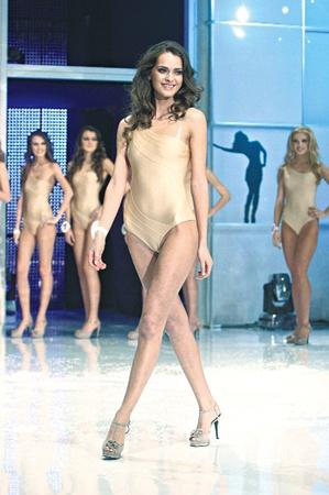 Топ-модели Олеся Стефанко (на фото вверху) и Екатерина Захарченко (внизу) только повеселились, когда прочли сплетни об их отдыхе с нардепом.