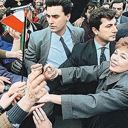 Охранникам приходилось буквально оттеснять желающих пожать руку Раисе Максимовне Горбачевой. И оттесняли! Но вежливо. Фото ИТАР-ТАСС.