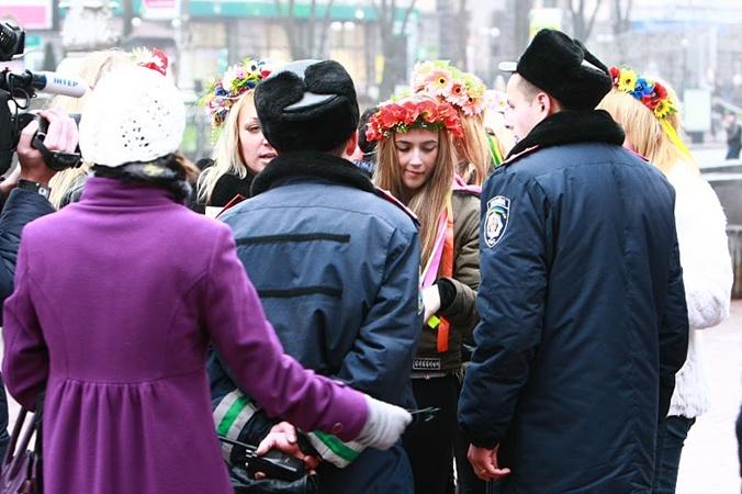 Активистка FEMEN Инна Шевченко сегодня была задержана на Крещатике. Фотос сайта femen.livejournal.com.