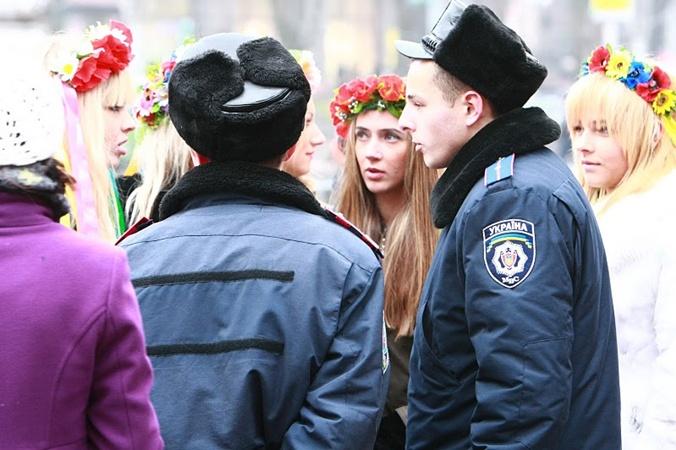Активистки были полностью одеты. Фото с сайта femen.livejournal.com.