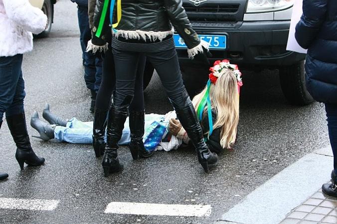 Когда Инну усадили в машину, другая активистка FEMEN  попыталась остановить правоохранителей. Фото с сайта femen.livejournal.com.