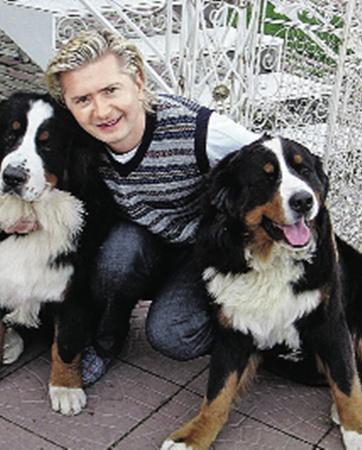 Швейцарские овчарки Жорж и Босс благодаря своему хозяину Александру Селезневу стали гурманами. Фото пресс-службы канала «Домашний».