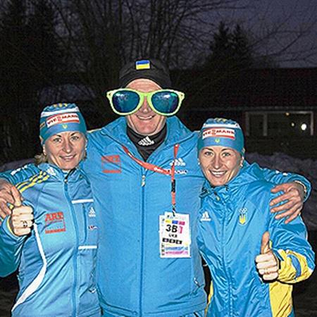 Валя (слева) и Вита в компании своего тренера Григория Шамрая. Огромные очки в шутку презентовали Валентине, чтобы обезопасить от промахов. Фото с сайта biathlon.com.ua.