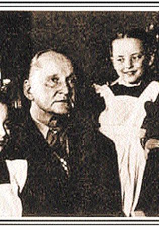 Александр Вертинский баловал своих дочерей Настю (слева) и Марианну, восторгаясь их талантами, красотой и даже двойками в школе.