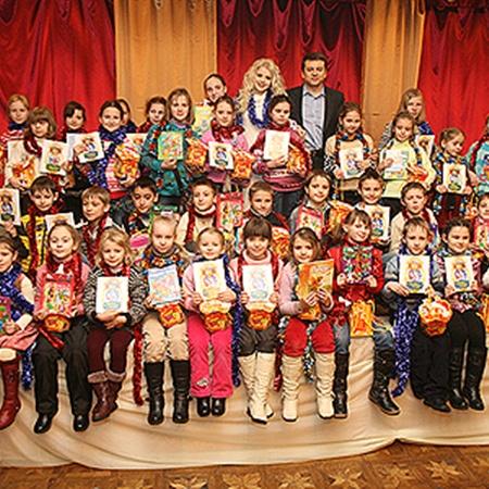 Участники проекта подарили всем детям книги сказок и новогодние подарки.