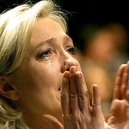 Прощальная речь отца-ксенофоба тронула мадам Ле Пен до слез. Воодушевленная преемница теперь метит в президенты. Фото АП.