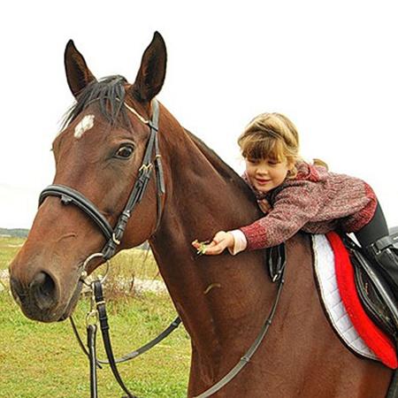 Занятия конным спортом приучают детей быть добрее.