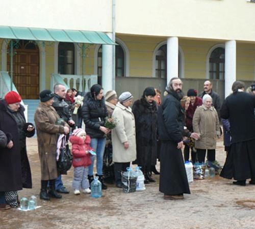 Горожане ждали священников со святой водой.