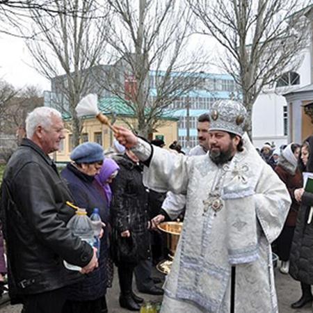 В Крещенский сочельник владыка Иоанн по традиции совершил освящение воды и поздравил прихожан Свято-Духовского  кафедрального собора Херсона.