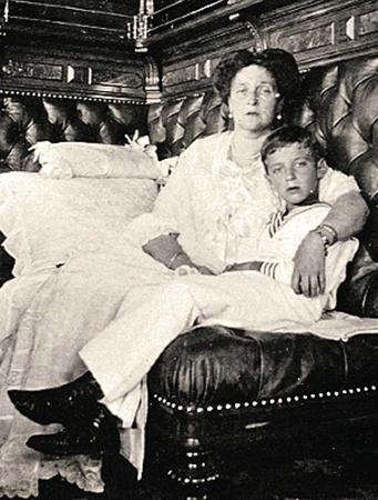 Императрица была благодарна целителю Распутину, который спасал от смертельного кровотечения больного гемофилией наследника.