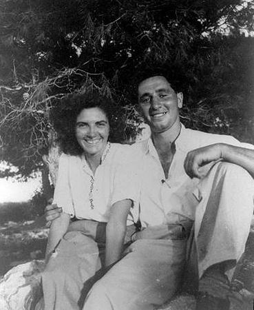 После Второй мировой войны Соня и Шарон отправились в летний молодежный лагерь.