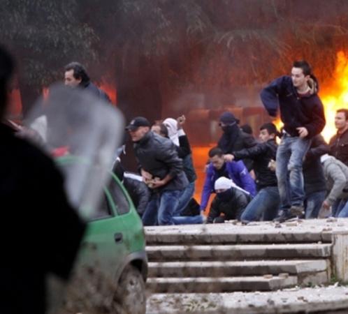 Протестующие поджигали машины Фото: АР