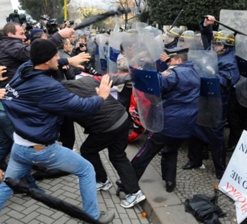Полиции пришлось отбиваться Фото: АР