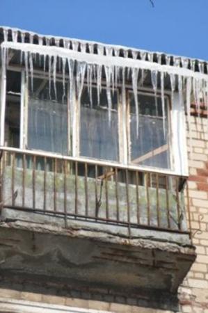 Горловчане с опаской поглядывают на метровые «наросты» на крышах собственных домов и над балконами. Фото: 06242.