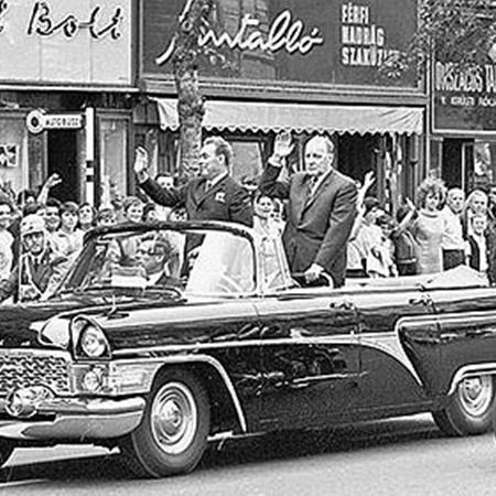 Во время зарубежных визитов на автомобилях советских лидеров иногда стояли местные номера.