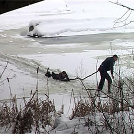 Незадачливый самоубийца, на удивление, четко следовал советам спасателя, и вскоре мужчины смогли выбраться на берег.