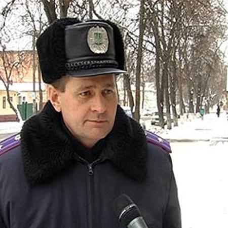 Помощник начальника Сумского горуправления милиции Владимир Кузьменко давал на мосту интервью, а по ходу еще и спасателем поработал.