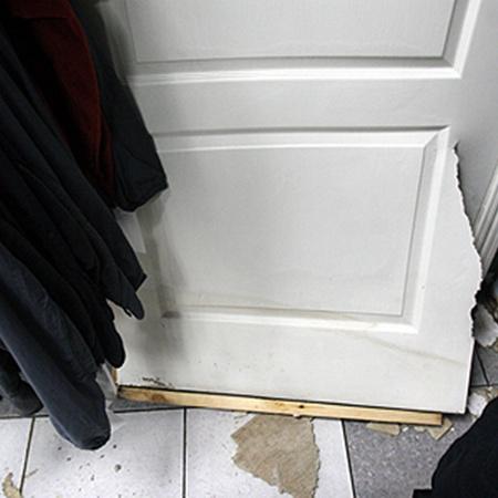 Напор воды был такой силы,что ломал двери магазинов.