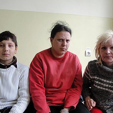 Виктория Березовская (в центре) с сыном Саигом и Алена Гагина выжили чудом. Фото Александра КИТРАЛЯ.