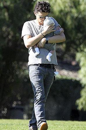 Гордый отец ловко управляется с сыном. Фото DailyMail.